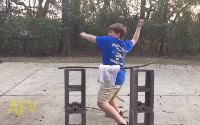 自以為力大無窮的小胖弟在劈不斷樹枝的腦羞之下,莫名發揮了這驚人的能力!