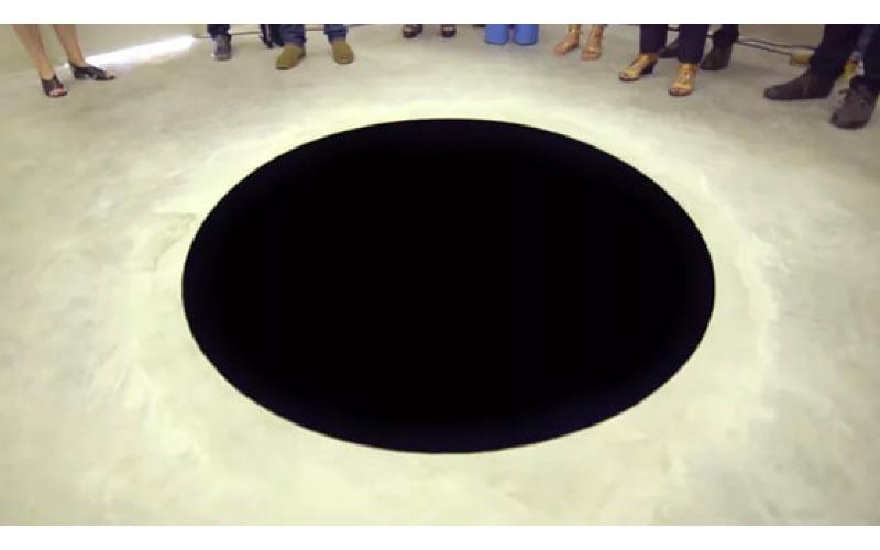 男子逛美術館跌入「神秘黑洞」摔成重 傷!館方無奈:那是裝置藝術