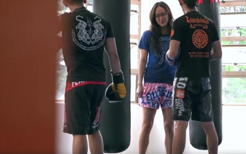 女泰拳高手「裝菜鳥」什麼都不會  下一秒變大魔王把教練打到趴地