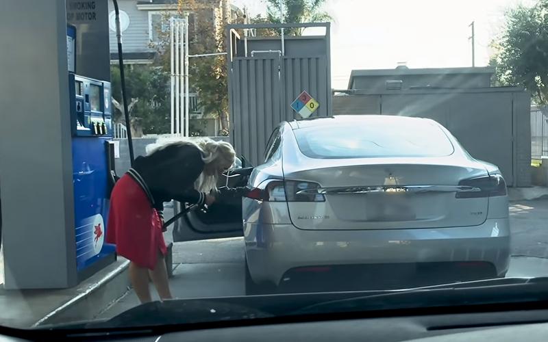 金髮妹「開特斯拉去加油」  找不到油箱下一秒「好傻好天真舉動」後方駕駛笑噴