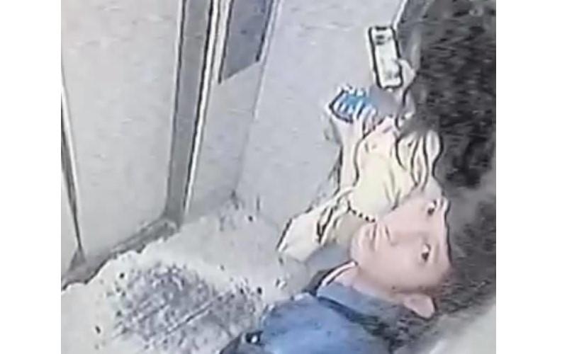 抓一下也爽!男子趁電梯門開之際突伸「鹹豬手」,丟臉行徑全被監視器拍下