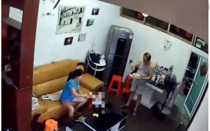 擔心爸爸被看護欺負,偷裝「針孔攝影機」卻看到「驚人一幕」...62歲老爸竟然變了!